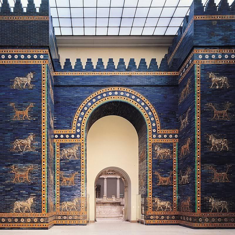 上图:巴比伦内城的伊什塔尔城门(Ishtar Gate),主前575年由尼布甲尼撒二世下令建造,现藏域柏林佩加蒙博物馆(Pergamon Museum)。伊什塔尔城门用蓝色琉璃瓦造成,类似天青石。圣经中的「蓝宝石」通常是指天青石(Lapis Lazuli)。