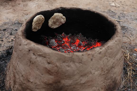 上图:古代中东人用来烤饼的泥炉(Tannur)。
