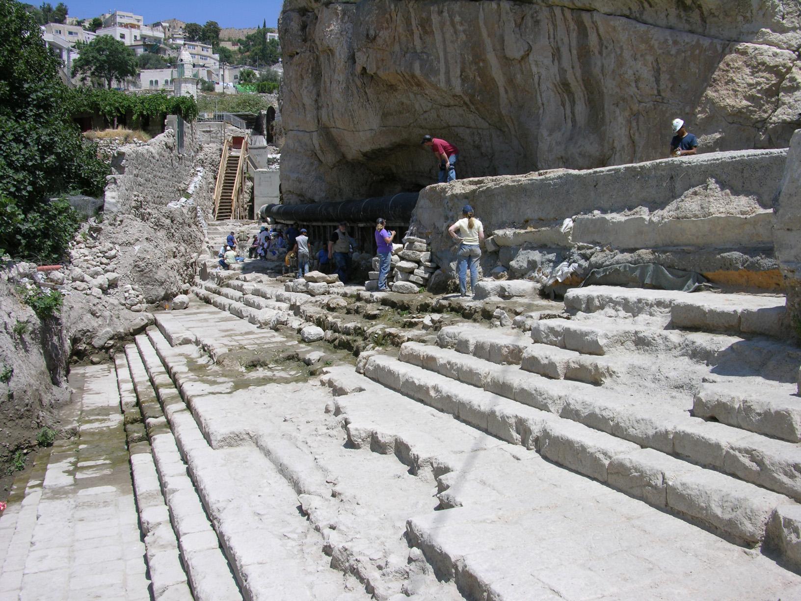 上图:位于耶路撒冷的西罗亚池(Pool of Siloam)遗址,是当时最大的浸池(Mikvah)。在主耶稣的时代,住棚节的七日每天早晨都有一位祭司提着金壶到西罗亚池子打水,表示承认以色列人被掳到巴比伦是因为「厌弃西罗亚缓流的水」(赛八6),所以要悔改仰望「以马内利」(赛八8)的应许,「从救恩的泉源欢然取水」(赛十二3)。到耶路撒冷来过节的犹太人在登圣殿山之前,要在这里行净身礼,然后一边走台阶上行到圣殿,一边吟唱上行之诗诗篇第125-129篇。