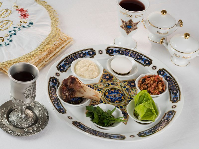 上图:现代犹太人逾越节筵席(Passover Seder)的晚餐盘(Seder Plate)上放着6样象征性的食物:苦菜(Maror,象征以色列人在埃及为奴所受的苦)、拌蔬菜(Chazeret,象征在以色列人在埃及为奴时干农活)、蘸酱(Charoset,象征在以色列人在埃及为奴时用砂浆做砖)、芹菜(Karpas,沾盐水吃,象征把羊血涂在门楣上的牛膝草)、羊骨(Zeroa,象征逾越节的羔羊)、鸡蛋(Beitzah,象征献祭)。在逾越节的筵席上还要吃无酵饼,喝四杯酒。
