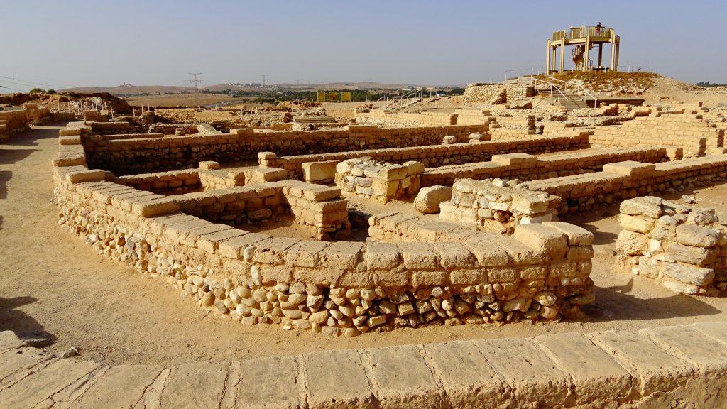 上图:别是巴城遗址(Tel Beer Sheva)里的官邸和街道。