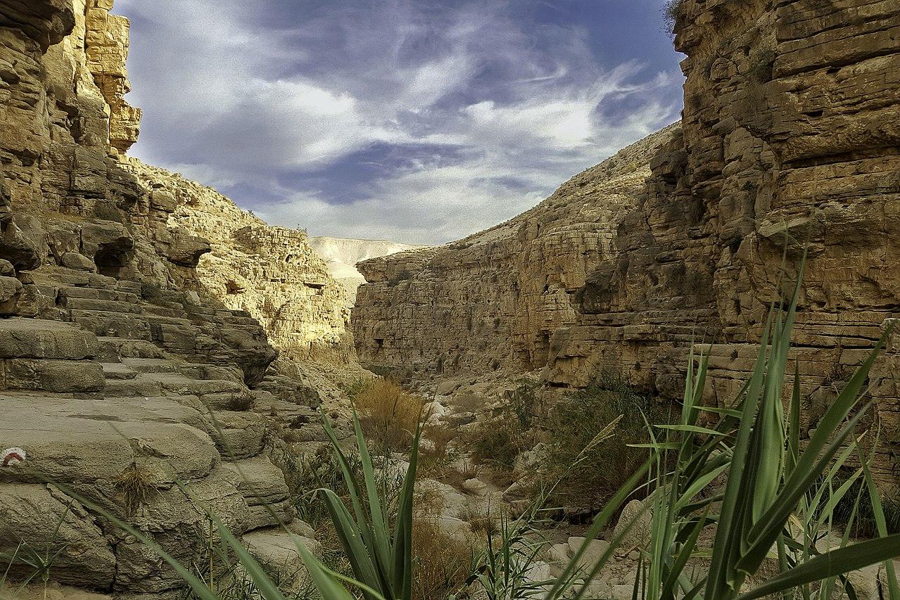 上图:Qelt旱溪(Wadi Qelt,or Nahal Prat)中「死荫的幽谷」。Qelt旱溪发源于耶路撒冷附近,经过耶利哥流入约旦河,无水的季节成为从耶利哥到耶路撒冷最著名的一条道路,大卫从这里逃离耶路撒冷躲避押沙龙(撒下十五23),西底家王从这里逃往亚拉巴(王下二十五4)。每逢三大节期,犹太人从这里前往耶路撒冷过节(路二39-51),主耶稣带领门徒和瞎子巴底买从这里经过(可十52)。而主后70年,罗马第十军团也从这条路行军,前往摧毁耶路撒冷。