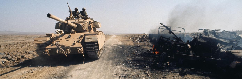 上图:赎罪日战争期间,以色列坦克行进在戈兰高地上。1973年10月6-25日的赎罪日战争(Yom Kippur War),又称为第四次中东战争、斋月战争、十月战争。赎罪日是以色列一年中战备最脆弱的状态,这天下午2点,埃及与叙利亚在苏联的支持下,突然攻击西奈半岛和戈兰高地。以色列总理梅厄夫人(Golda Meir)在赎罪日早上8点得知可能会发生战争,但仍然决定放弃先发制人,直到战争爆发前一个小时才下令动员部分后备军人。结果这次动员比以往简单的多,因为大多数的后备军人都待在会堂或家里守赎罪日,道路和通讯都很通畅。战争的前两天埃叙联军占据上风,但后来战况逆转,最终以色列取得胜利。 10月9日,梅厄总理向国际呼吁恳求援助,被所有的欧洲国家和商业航空公司所拒绝,他们都害怕阿拉伯国家报复。美国于10月13日冒险实施「五分钱救援行动」(Operation Nickel Grass),为以色列补充了大量宝贵的军火。后来基辛格说,如果是以色列先发制人,「他们连一根钉子的援助都不会得到」,很可能会导致以色列亡国。正因为美国的这项行动,阿拉伯国家联合对美国实行彻底的石油禁运,造成美国油价暴涨,导致1973年石油危机。