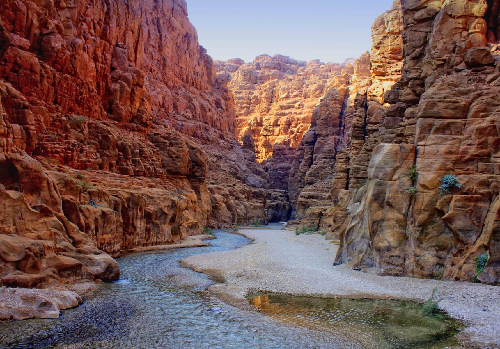 上图:亚嫩河谷非常深。这条河从海拔900米一直到海平面以下400米的死海,1,300米的高度落差结合来自谷地7条支流的常年流水,使得这里有超过300种植物、10种肉食动物,以及许多永久性与季节性鸟类。