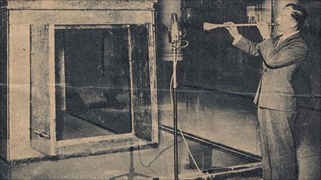 上图:1939年4月16日,图坦卡蒙的两支号在开罗博物馆首次被重新吹响,并由BBC电台向1.5亿人广播。这号是法老用来宣告战争的,结果当年9月1日就爆发了第二次世界大战。据说1967年六日战争和1990年海湾战争之前,这两支号都曾被吹响。2011年埃及革命之前一周,有人也吹响了铜号。
