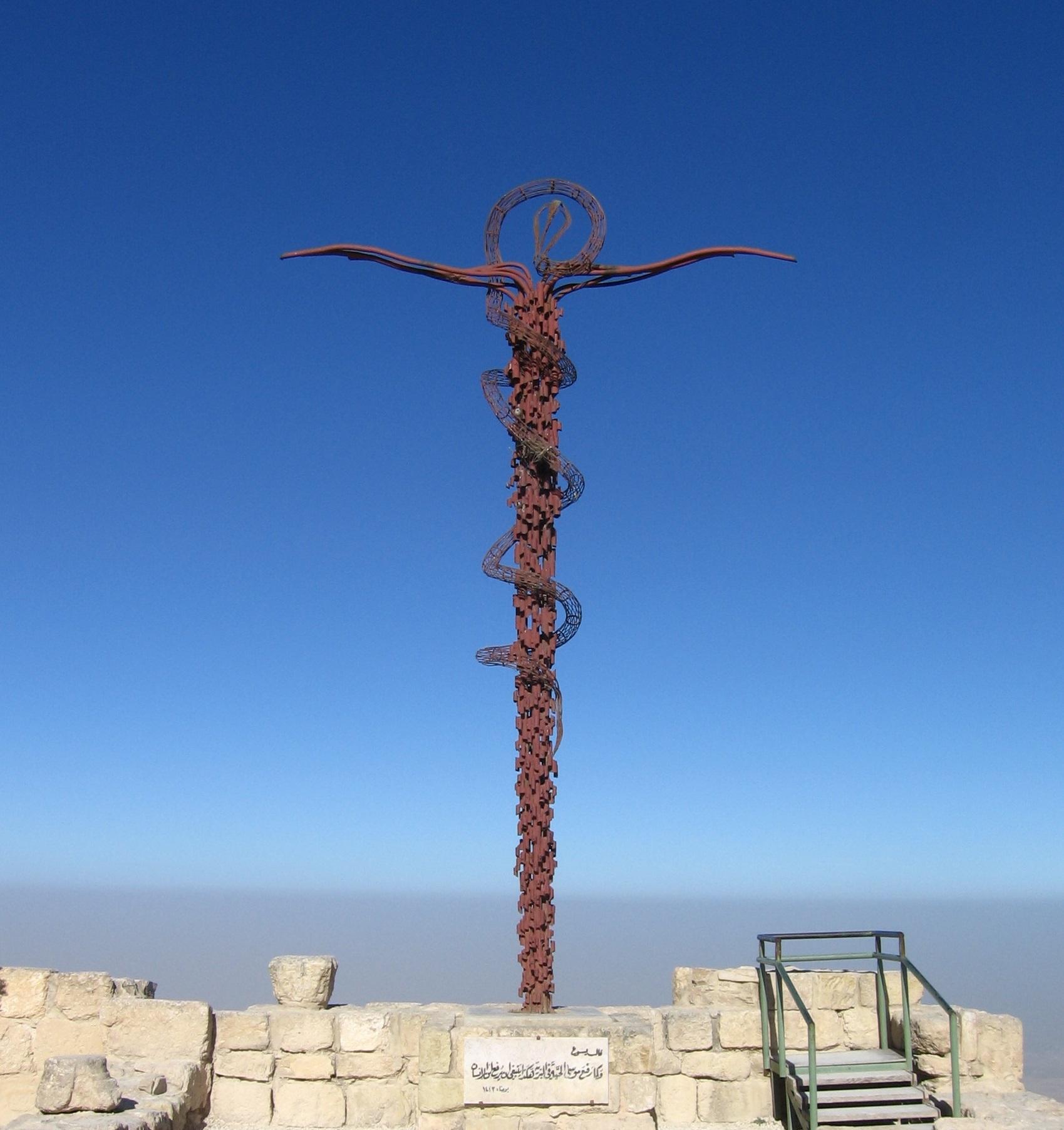 上图:尼波山上的铜蛇十字架,是意大利艺术家乔瓦尼·凡托尼(Giovanni Fantoni)的作品。