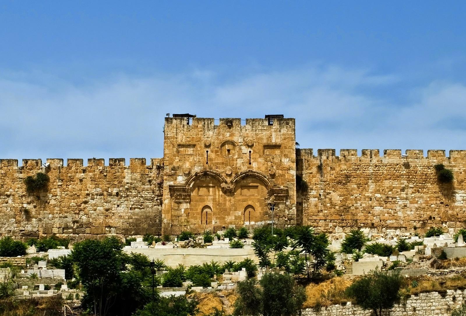 上图:耶路撒冷圣殿山东面的金门(Golden Gate),可能由东罗马帝国皇帝查士丁尼一世于主后520年左右兴建于早期城门的废墟之上。根据犹太人的传统,弥赛亚将会经过东门进入耶路撒冷。因此中世纪的犹太人常在此门祈求怜悯,并起名为仁慈门。主后810年,穆斯林关闭了金门,1102年被十字军重新打开,1187年被萨拉丁再度关闭。1541年,奥斯曼帝国苏莱曼一世筑墙封闭金门至今,据说目的是为了防止假弥赛亚或敌基督进入。为了以防止假基督的先导假以利亚进入,奥斯曼帝国在门前修建了一个墓地,因为穆斯林认为以利亚是祭司,而祭司不能进入墓地。但这并不正确,因为祭司可以进入墓地。