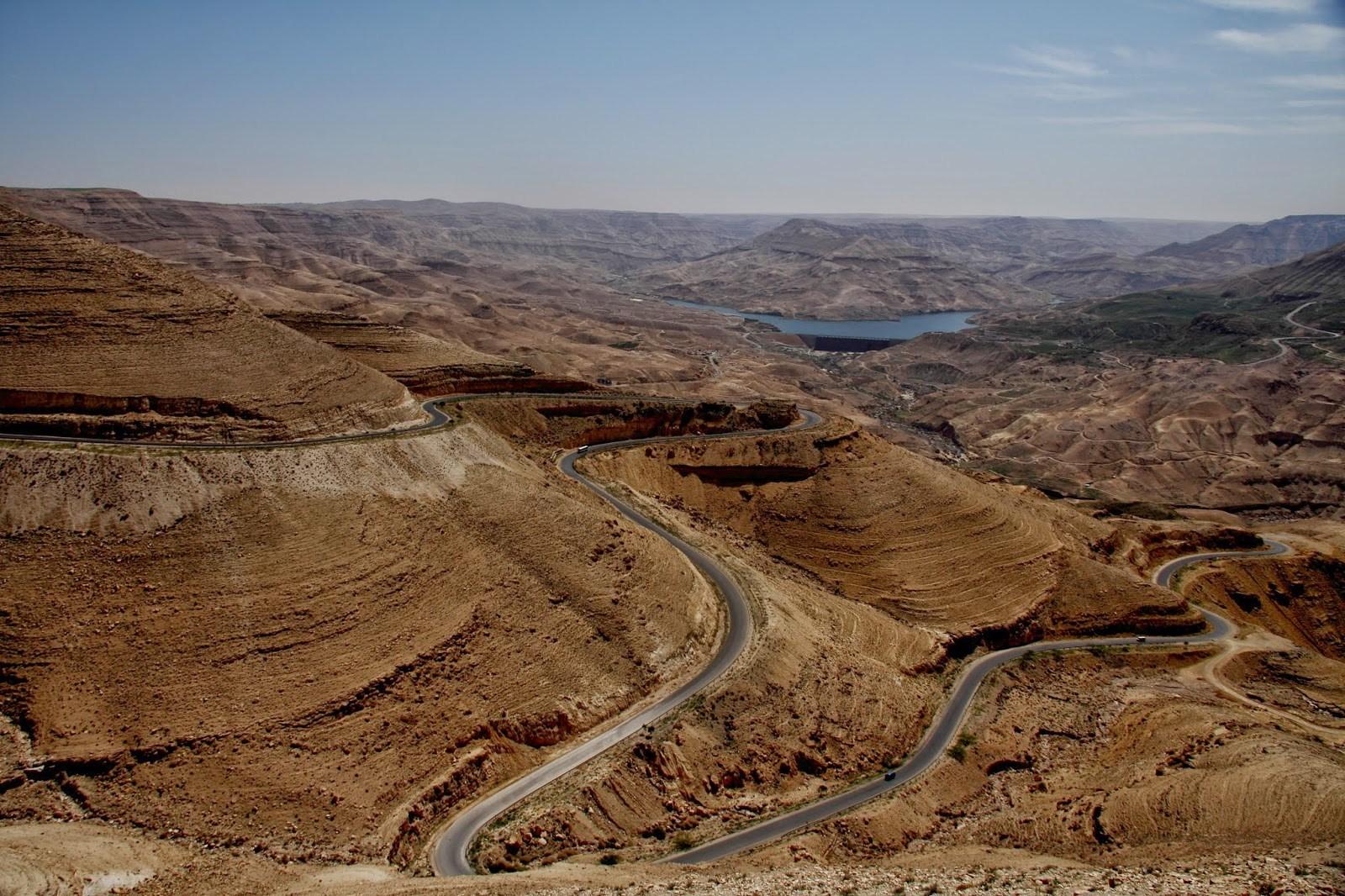 上图:亚嫩河(Wadi Mujib)附近的王道。约旦的15号和35号公路连接部分王道,从北到南经过森林高地、开阔的高原耕地、纵深的沟壑、沙漠边缘和亚喀巴湾,沿途有许多考古景点,成为约旦著名的景观公路。