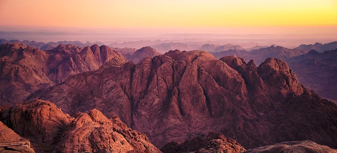 上图:西奈山附近的崎岖地形。西奈的旷野和巴兰的旷野都是海拔1200-1600米之间的高原丘陵,许多地方沟壑纵横、崎岖不平。以利亚四十天从别是巴走到这里,已经非常辛苦。但神却等他到了以后,才叫他回去(王上十九15)。