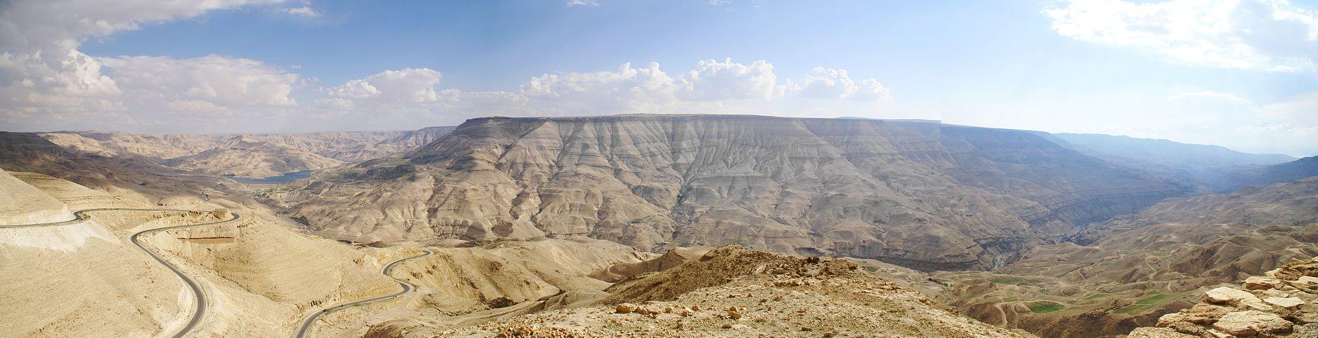 上图:亚嫩河就是现代约旦的Wadi Mujib旱溪,从东向西流入死海中部。左边是Al Mujib大坝,右边通往死海。