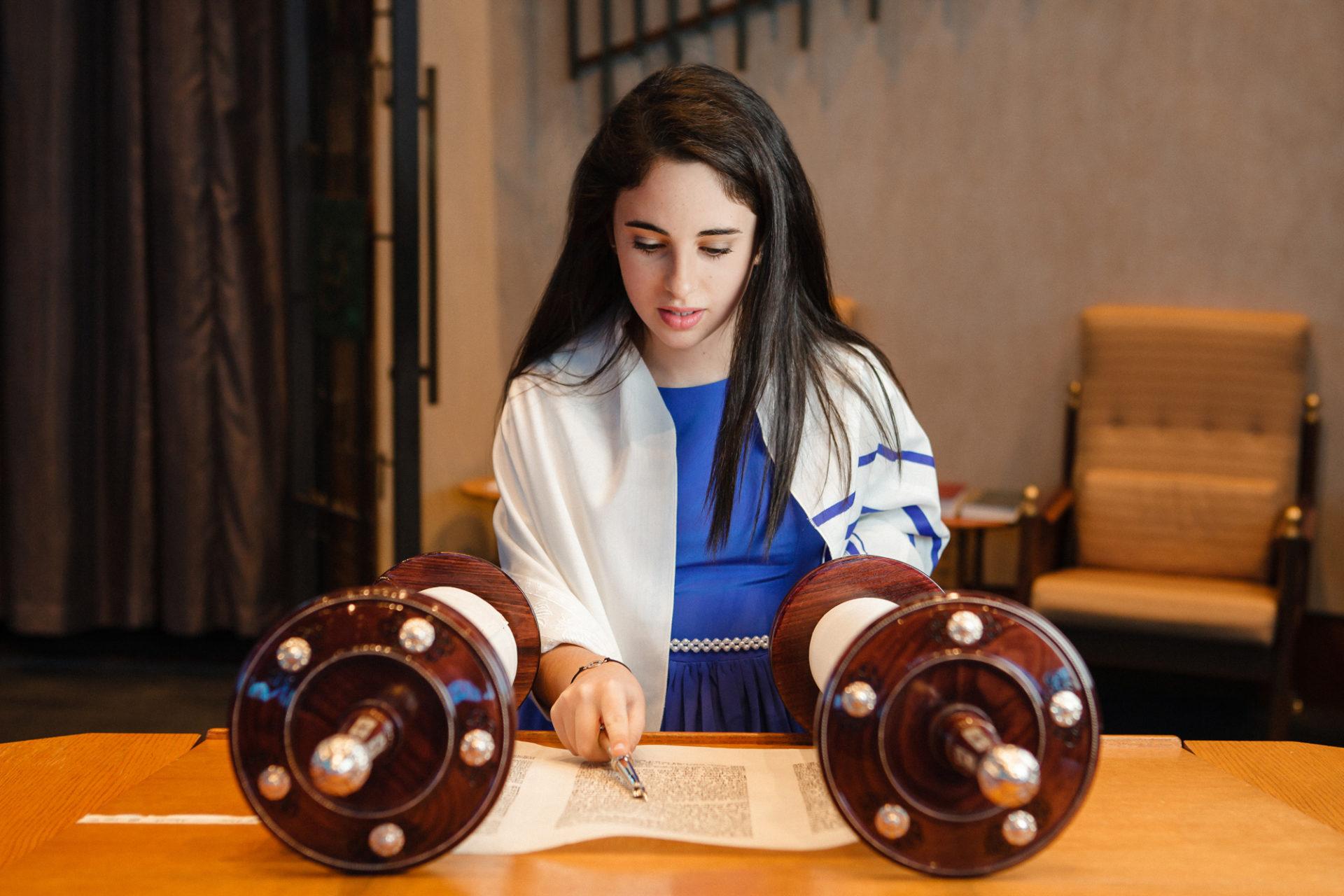 上图:一个犹太女孩在成为「诫命之女 Bat Mitzvah」的成人礼上诵读经文,她的身上披着祷告巾( Tallit)。犹太教女孩到了12岁,在律法上就和成年人有同样的权利和义务,被称为「诫命之女」。犹太女孩在成人礼之前,由父母在神面前为自己的行为负责,而在成人礼之后,必须自己向神负责。因此,只有「诫命之女」,才可以「向耶和华许愿,要约束自己」(民三十3)。