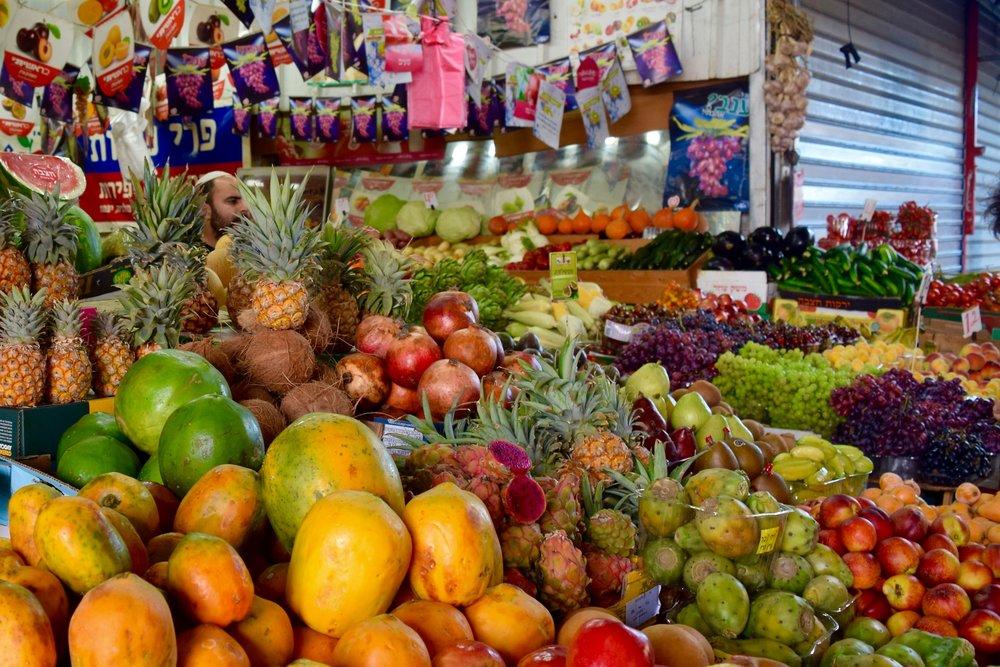上图:特拉维夫迦密市场(Carmel Market)的本地水果摊,摄于2016年2月。「那地有小麦、大麦、葡萄树、无花果树、石榴树、橄榄树,和蜜」(申八8),都是神赐给祂的百姓吃喝享福的。