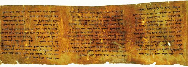 上图:主前50年的死海古卷十诫羊皮纸,是目前保存得最好的古代十诫经文。在这份羊皮纸中,同时提到了守安息日的两个原因:出埃及记所说的记念神六天创造世界,以及申命记所说的记念神领百姓出埃及。