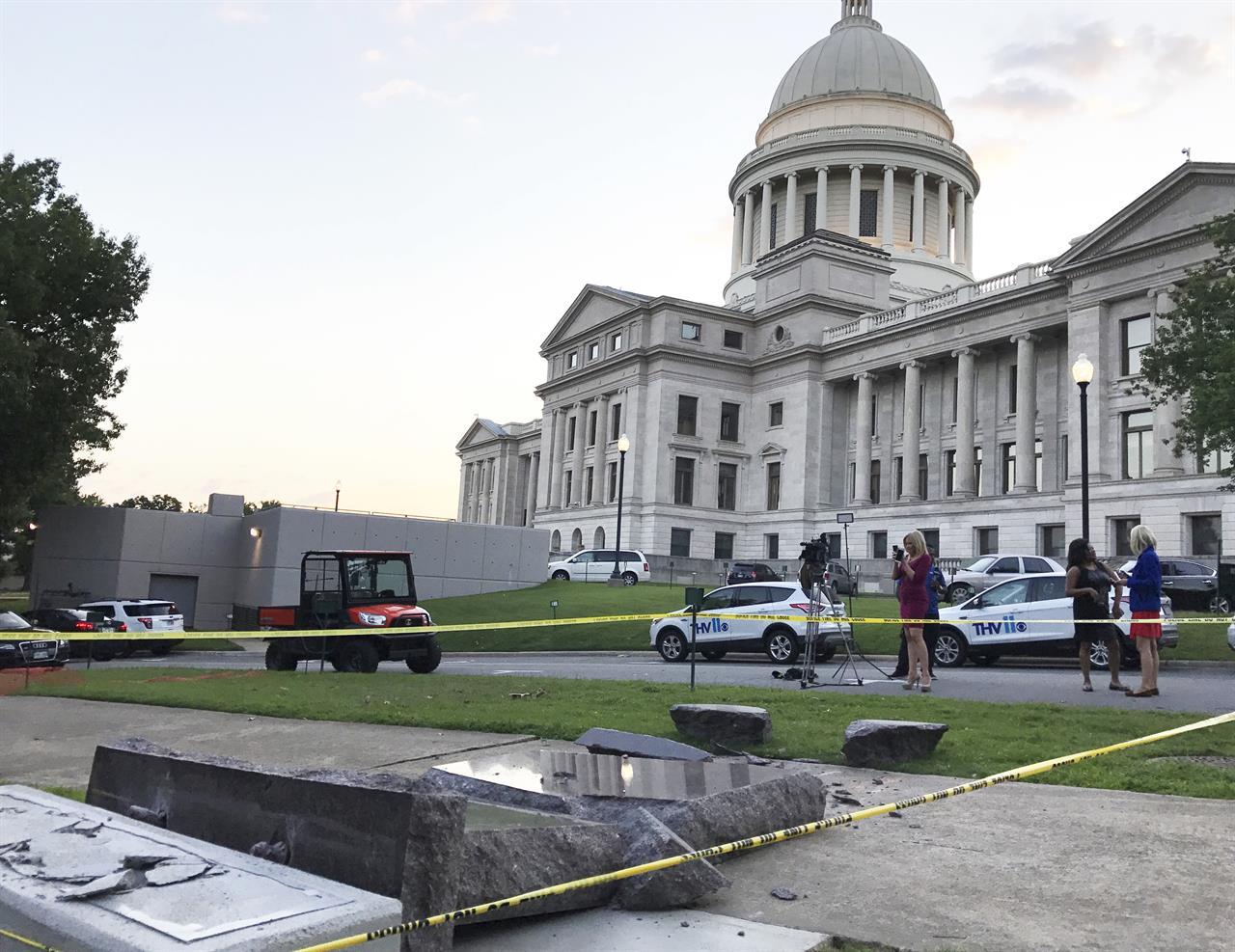 上图:许多人不喜欢十诫。2017年6月,一名男子声称自己在幻觉中听到来历不明的声音,所以在网络直播中开车撞毁了美国阿肯色州议会大楼外刚立好不到一天的十诫石碑。2014年10月,这人还撞毁了奥克拉荷马州议会大楼外的十诫石碑。阿肯色州议会大楼外的石碑也遭到美国公民自由联盟(ACLU)和撒但圣殿(The Satanic Temple)组织的反对。