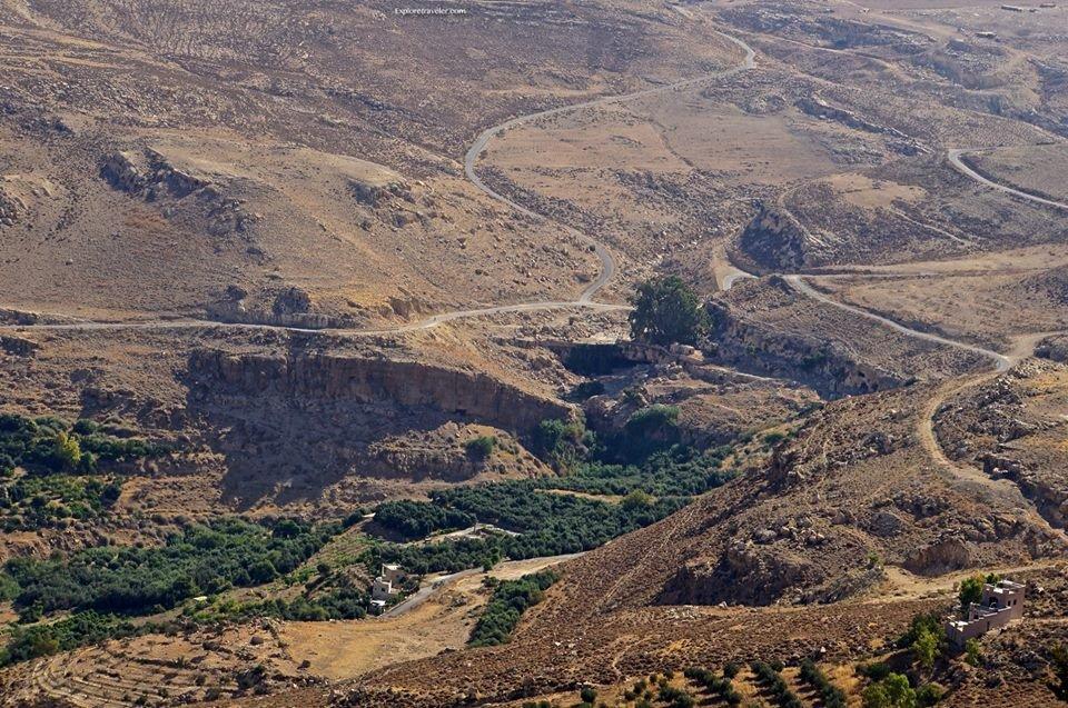 上图:尼波山脚的穆萨旱溪(Wadi Ayun Musa),可能就是「伯·毗珥对面的谷」,摩西最后葬在这谷中(三十四6)。