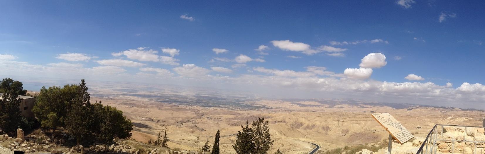 上图:从亚巴琳山脉的尼波山向西远眺应许之地。