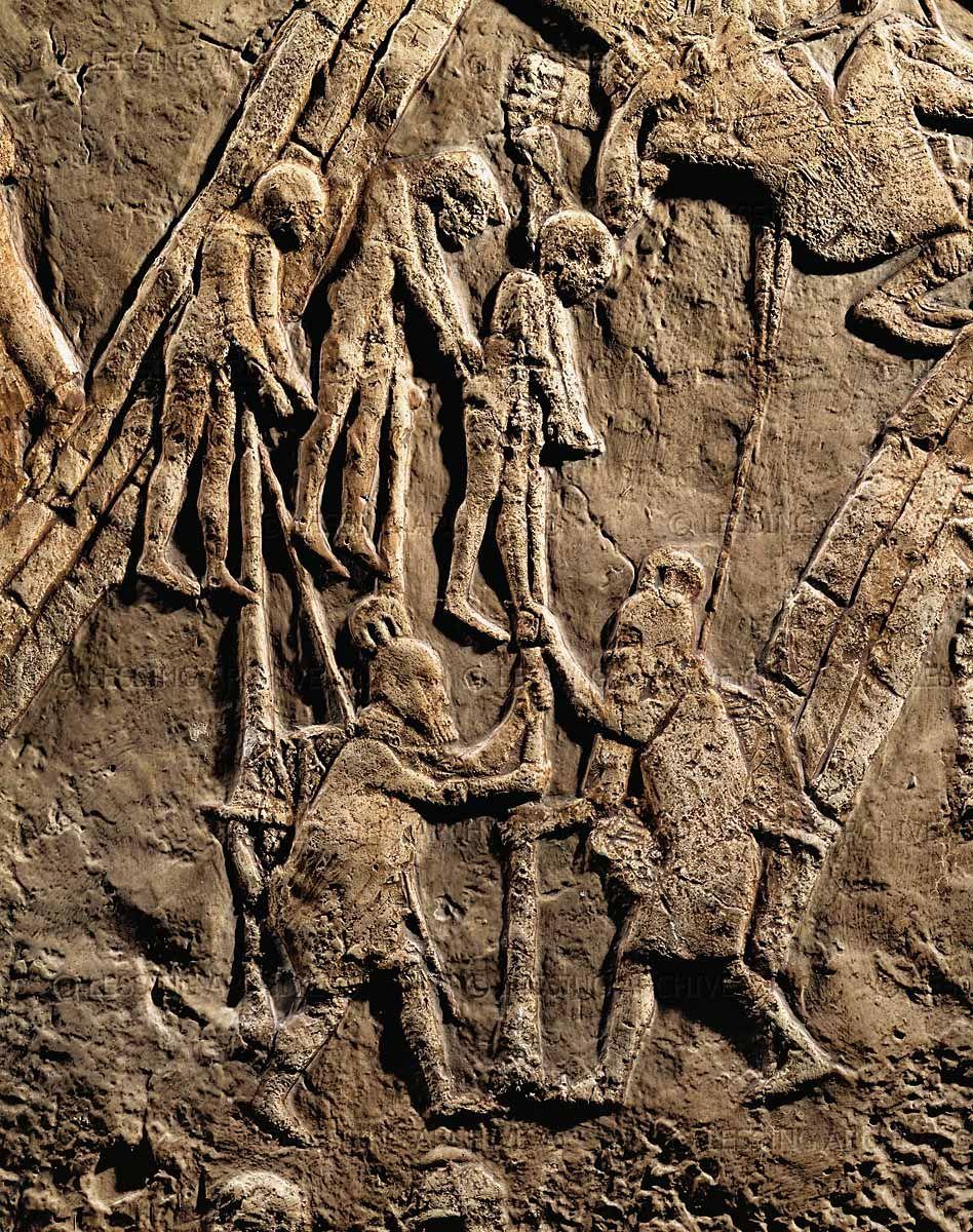 上图:拉吉之围浮雕(Siege of Lachish Relief)的一部分,描绘亚述士兵把俘虏处死后挂在木头上示众。亚述的恐怖行为,给希西家和百姓都造成了极大的压力。