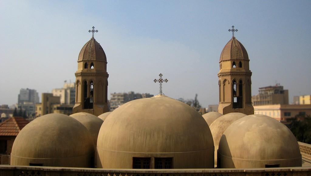 上图:位于埃及首都开罗的圣马可科普特教堂(Coptic Saint Mark's Church)。科普特的教会是马可建立的,所以其教宗以马可的继承人自居,犹如天主教的教宗以彼得继承人自视。「科普特」一词原意是「埃及人」,随着大部分埃及居民皈依伊斯兰教,该词现在专指埃及的基督徒。埃及的科普特人是中东地区最大的基督教族群,人口约占埃及8千多万总人口的10–15%。现在,大多数科普特人使用阿拉伯语,但在敬拜时使用由古埃及语演变而来的科普特语。现代最有名的科普特人是布特罗斯·布特罗斯-加利,他曾担任联合国第六任秘书长。罗的圣马可科普特教堂(Coptic Saint Mark's Church)。科普特的教会是马可建立的,所以其教宗以马可的继承人自居,犹如天主教的教宗以彼得继承人自视。「科普特」一词原意是「埃及人」,随着大部分埃及居民皈依伊斯兰教,该词现在专指埃及的基督徒。埃及的科普特人是中东地区最大的基督教族群,人口约占埃及8千多万总人口的10–15%。现在,大多数科普特人使用阿拉伯语,但在敬拜是仍使用由古埃及语演变而来的科普特语。现代最有名的科普特人士是布特罗斯·布特罗斯-加利,曾担任联合国第六任秘书长。