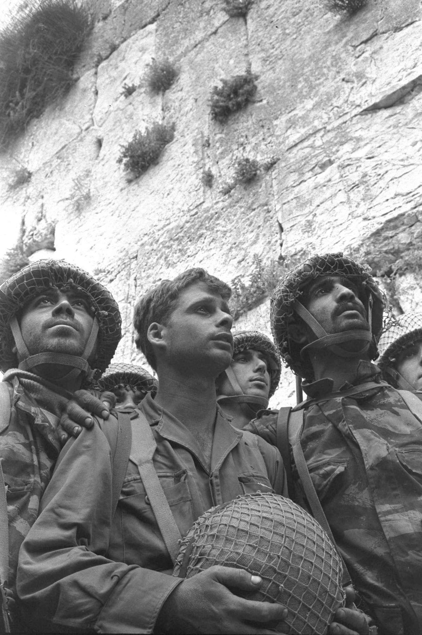 上图:在1967年6月5-10日的六日战争(第三次中东战争)中,站在哭墙旁边的以色列伞兵。犹太人被驱离耶路撒冷将近两千年之后,终于回到了圣殿山。六日战争埃及、叙利亚和约旦联军首先发动的,一开始以色列危在旦夕,但六天之后,以色列却大获全胜,并从约旦手中收复了耶路撒冷旧城和圣殿山。这正如亚十二6所预言的:「『那日,我必使犹大的族长如火盆在木柴中,又如火把在禾捆里;他们必左右烧灭四围列国的民。耶路撒冷人必仍住本处,就是耶路撒冷。」