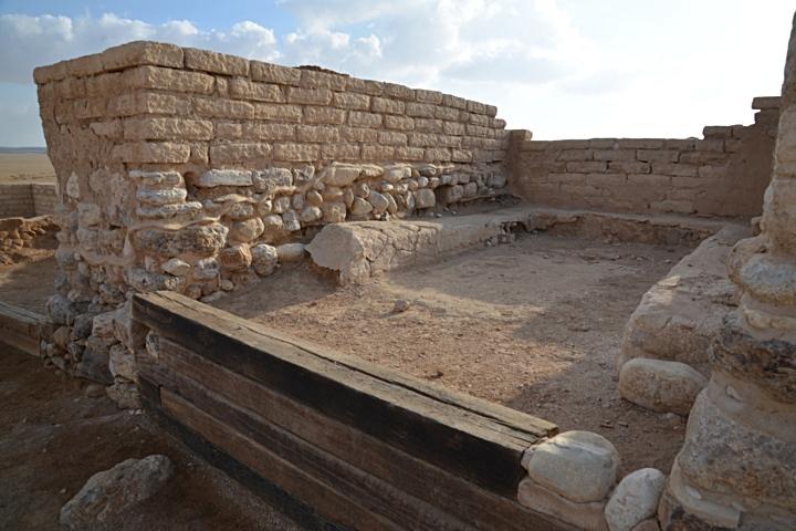 上图:别是巴遗址(Tel Beer Sheva)的城门口。本城的审判官在这里断案,才德妇人的「丈夫在城门口与本地的长老同坐」(箴三十一23)。