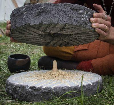 上图:上磨石和下磨石中间的沟纹。
