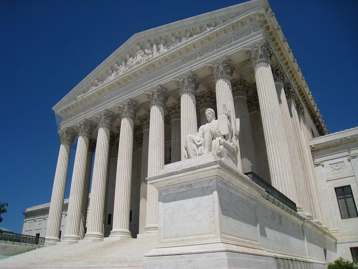 上图:美国最高法院(Supreme Court of the United States)大楼。美国最高法院是美国宪法和所有联邦法律的最终解释者,由总统提名、参议院同意的首席大法官和八位法官组成。每位法官各有一票表决权,他们根据自己当时的思想信仰、哲学理念和政治立场,会对法律做出倾向保守、自由或中立的司法解释,许多案件的最终裁决往往只有一票之差。今天,美国的司法制度貌似民主,但整个国家在宗教自由、堕胎、同性婚姻、毒品等重大社会问题上的官方立场,实际上只是掌握在个别立场摇摆的法官手中,以致社会越来越割裂、越来越暴露人本主义与生俱来的缺陷。美国总统的任期最多八年,而他所任命的大法官却任期终生,对美国社会的影响长达数十年。因此,一位总统有机会任命几位大法官,就成了决定其政治影响力的重要指标。启蒙运动先驱们精心设计、至今被人推崇的三权分立制度,其实并不比古代以色列人用「乌陵和土明」来求问神更加高明。