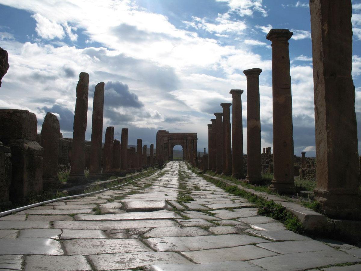 上图:位于阿尔及利亚Timgad的古罗马道路遗址。罗马帝国建立了当时世界上最好的公路系统,为福音的广传铺平了道路。主前450年的十二铜表法(The laws of the Twelve Tables)规定,直路至少宽2.4米,弯路至少宽4.8米。罗马道路是主要由石头铺成,部分混入金属材料。罗马道路都有夯实碎石作基床,以保障路面干燥,并有行人道、马道和排水沟渠,一路开山、修桥,小溪则铺上石砖跨越。