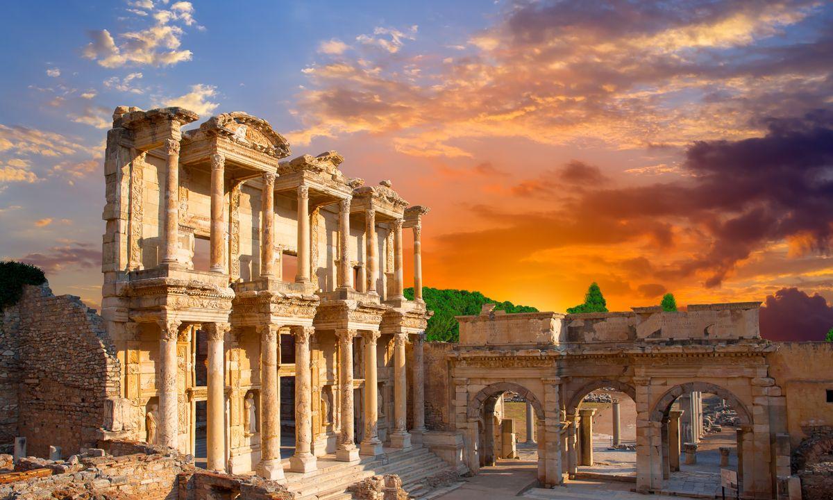 上图:以弗所的塞尔苏斯图书馆(Library of Celsus)遗址。这座精美的图书馆建于主后135年,藏书12,000卷,是保存下来为数不多的古罗马图书馆之一。这座图书馆就在妓院对面,地下有暗道相连。当时的图书馆只能由男人进入,许多男人借口上图书馆,其实是走暗道去妓院。代表人类文明的图书馆与代表淫乱的妓院可以用暗道相连,但「我们若说是与神相交,却仍在黑暗里行,就是说谎话,不行真理了」(约壹一6)。生活在以弗所的信徒,对这一点尤其有深刻的体会。