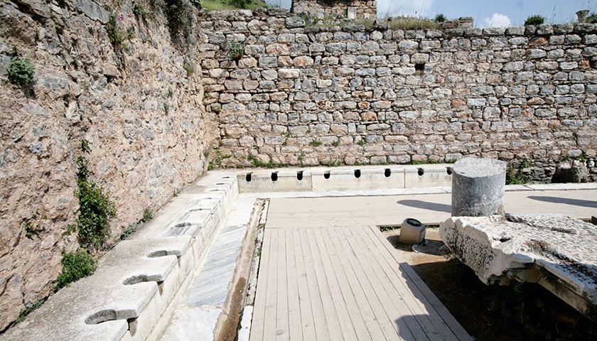 上图:以弗所的公共厕所(Latrines)遗址。罗马人非常讲究洁净,建立了当时世界上最豪华的公共厕所、公共浴室和下水道系统,立法规定城镇居民们必须要清理掉城里的垃圾。