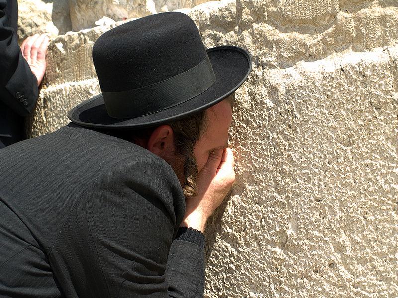 上图:一位犹太人在作Tachanun祷告。Tachanun是犹太人安息日和主要节日中的祷告,在Tachanun祷告星期一和星期四的祷文中,都要呼求:「拯救我的主啊,求祢快快帮助我!」(诗三十八22)