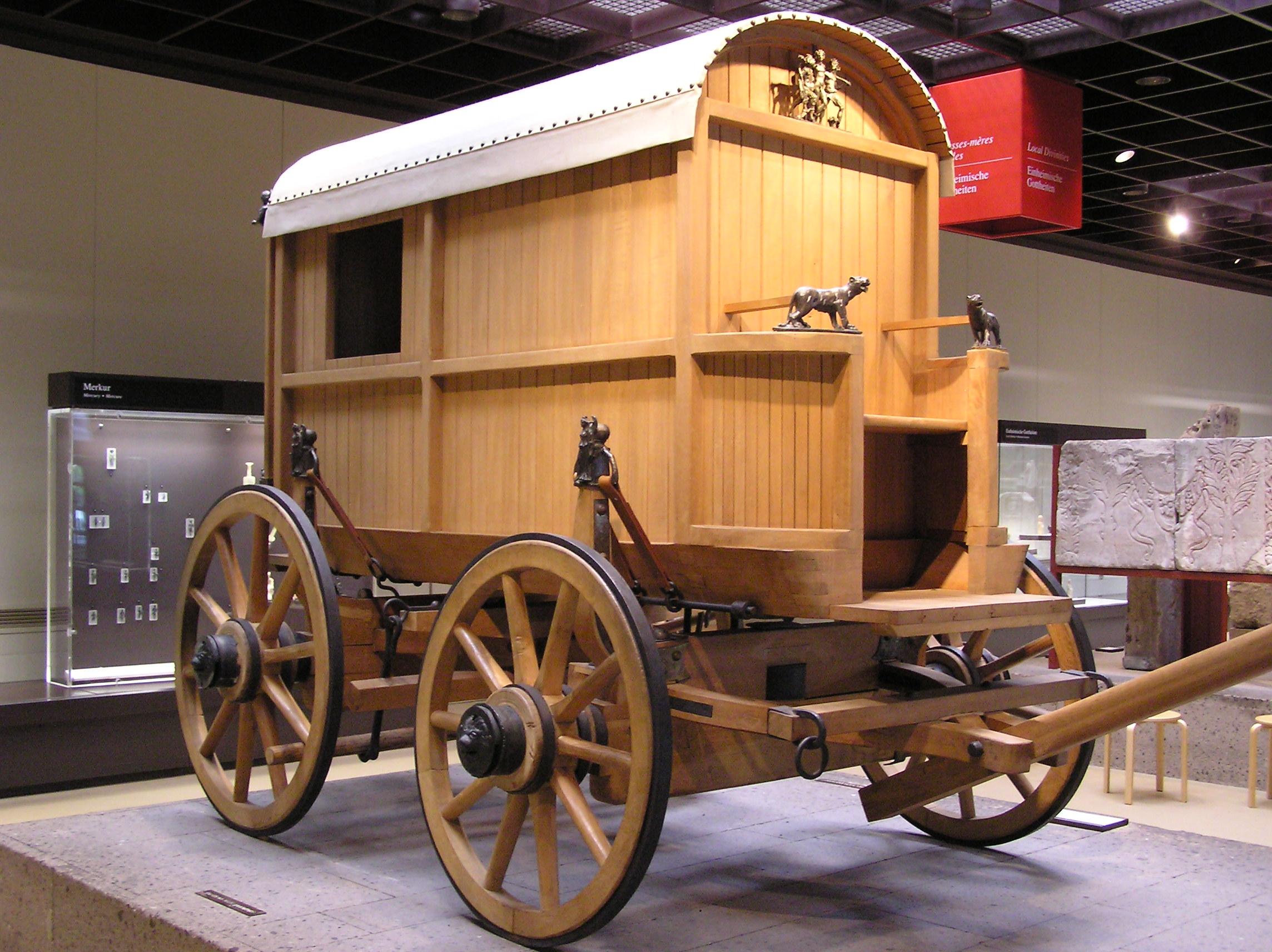 上图:罗马马车的复制品。牛车是罗马道路上常见的交通工具,也有日行40至50公里的马车。罗马道路每隔25至30公里就有驿站供官方使用,也有私营旅馆,但有些声名狼藉,因为常被小偷光顾、或被妓女当作卖淫场所。当时信徒外出,通常是找当地的信徒接待。