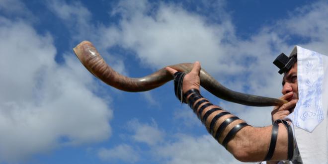 上图:一位犹太人在犹太新年吹角节(Rosh Hashanah)吹响羊角。「祂从祸坑里,从淤泥中,把我拉上来,使我的脚立在磐石上,使我脚步稳当」(诗四十2),是犹太人在吹角节期间的Amidah祷告词中的一部分。