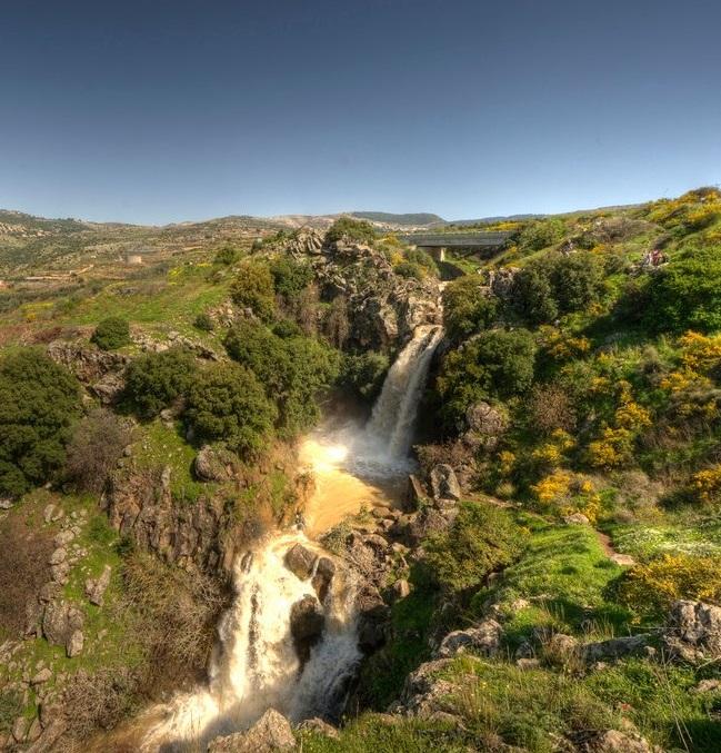 上图:黑门山麓的萨瓦尔瀑布(Saar Waterfall)是约旦河的源头之一。洪水季节水声隆隆、波涛四溅,使忧闷的诗人更加心烦。