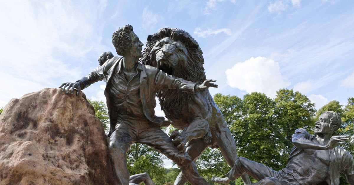 上图:大卫·李文斯顿在非洲与狮子搏斗的塑像,位于苏格兰Blantyre的大卫·李文斯顿故居。大卫·李文斯顿(David Livingstone,1813-1873年)是英国探险家,历史上最伟大的宣教士之一(中国有戴德生,印度有克里威廉,而非洲有李文斯顿),被称为「非洲之父」,至今非洲地图上有许多地方以他的名字命名。在信仰上,他首先将基督之光带进了黑暗的非洲内陆;在政治上,他是废除非洲奴隶贩卖的关键呼吁者;在医学上,他是进入非洲内陆的第一位医生;在地理上,他是画出非洲内陆河川、山脉的第一人;在探险上,他首先进入非洲内陆、横跨非洲大陆;在科学上,他首先详细记载了非洲中部的动植物。面对异教文化、猛兽疾病,李文斯顿满怀敬畏、热忱与信心。在33年九死一生的宣教和探险经历中,无论是面对食人族还是奴隶贩子,李文斯顿都没有对任何人开过一枪。他写道:「无论在我前面的道路有多难走,神话语的能力都足够供我克服一切的困难。我发现无论是在英国,或是在非洲,在我人生每一个重要的转折点,神的话语:『你要专心仰赖耶和华,不可倚靠自己的聪明,在你一切所行的事上都要认定祂,祂必指引你的路』(箴三5-6)与『当将你的事交托耶和华,并倚靠祂,祂就必成全』(诗三十七5),就出现在我的心中。」1873年5月1日,李文斯顿在赞比亚班韦乌卢湖畔跪着祷告时去世。英国议会为了纪念他,于同年6月5日强迫桑给巴尔(Zanzibar)苏丹关闭了东非最大的奴隶买卖市场。