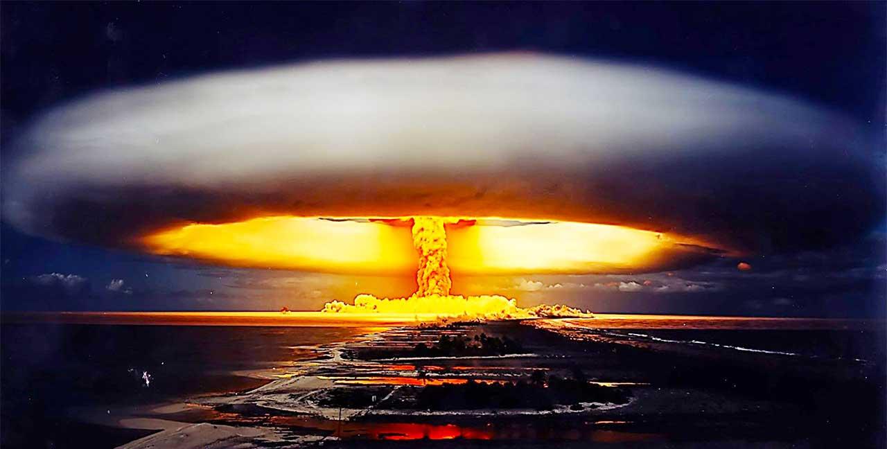 上图:1961年,沙皇炸弹(Tsar Bomba)在新地岛试爆。沙皇炸弹是冷战期间苏联所制造的氢弹,威力是投掷于广岛的原子弹的3800倍,相当于5000万吨的TNT炸药,等于二战中所有使用的炸弹总量十倍。这是人类历史上最强大的炸弹,爆炸的闪光能造成220公里以外人的眼睛剧痛与灼伤,蘑菇云宽40公里、高64公里,爆炸后所引发的大气扰动环绕了地球三次。彼得的时代还没有炸药,人无法想象「有形质的都要被烈火销化」(彼后三10),但末日的核武器却能做到。