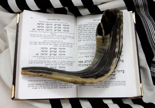 上图:诗篇四十七篇也被称为The Psalm of the Shofar,现代犹太人在吹角节(Rosh Hashanah)吹角(Shofar)前,要七次颂唱本篇,因为诗中原文七次提到「神 אֱלֹהִים」。犹太人认为「神」这个称号是代表公义,而「耶和华」是代表怜悯,吹角节正是要宣告神公义的审判。