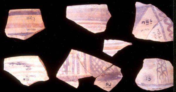 上图:John Garstang在耶利哥找到的塞浦路斯双色陶片(Cypriot Bichrome ware),这种带红黑几何图形的陶器只有主前15世纪后期才有,后来被作为青铜时代晚期(主前1550-1200年)的重要标志。但这种陶器的重要性在Garstang的时代还没被认可,Kenyon检查Garstang的挖掘资料时也忽略了。Kenyon只是在一片26X26英尺的一小片区域内没有发现到这种陶器,就作出了主前1550年的定年,而这个结论被圣经怀疑论者宣传了许多年。直到1990年代,美国考古学家Bryant Wood才指出Kenyon在分析数据上的疏忽。
