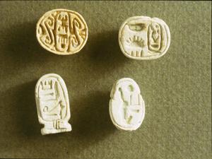 上图:1930年代,英国考古学家John Garstang发现耶利哥古城被大火摧毁。上图是他在耶利哥西北的墓地中发现的埃及圣甲虫护身符和印章,上面有法老的名字,从左上角到右下角依次是图特摩斯三世(Thutmose III,主前1479-1425年在位)护身符、阿蒙霍特普三世(Amenhotep III,主前1391-1353年在位)护身符、图特摩斯三世印章和哈特谢普苏特(Hatshepsut,主前1478-1458年在位)护身符。其中女法老哈特谢普苏特去世后,名字被系统地从纪念碑和铭文中抹去,后人很少用她的圣甲虫作护身符,所以可被用作定年标志。而图特摩斯三世印章的样式很罕见,不是后代的复制品。这些证明耶利哥城在主前1400年代还很繁荣,所以Garstang认为耶利哥古城毁于主前1400年,与约书亚进迦南的年代一致。