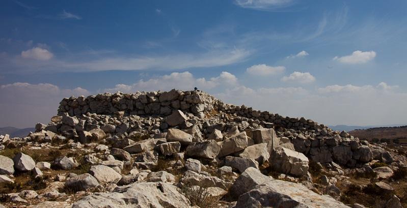 上图:约书亚进迦南后在以巴路山所建的祭坛(申二十七5;书八30),既没有用「凿成的石头」(出二十25),也没有用「台阶」(出二十26)。河东两个半支派在约旦河边照「耶和华坛的样式」(书二十二28)的坛,可能就是这个样式。