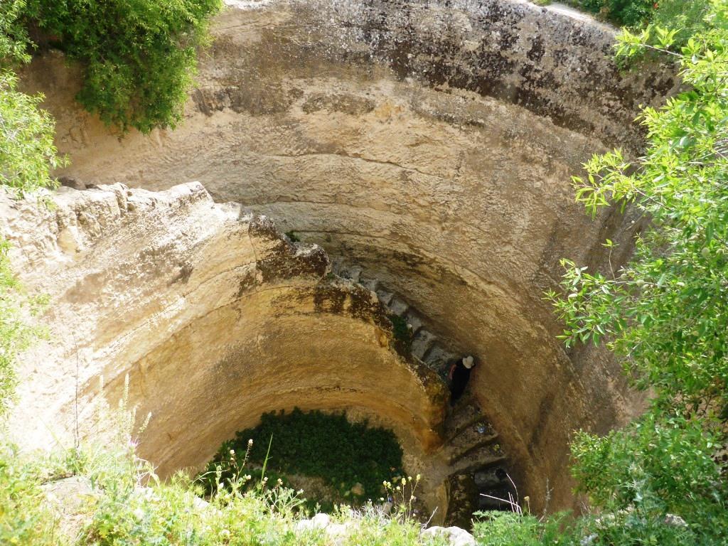 上图:1950年代耶路撒冷西北13公里的吉布(el-Jib)挖掘出来的基遍池(Pool of Gibeon)。这是士师时代卓越的土木工程,从石灰岩基下挖27米到达含水层。水池的直径约11米,池壁有79级螺旋石阶可以下池取水。当地发现刻有基遍城名字的陶瓶柄。