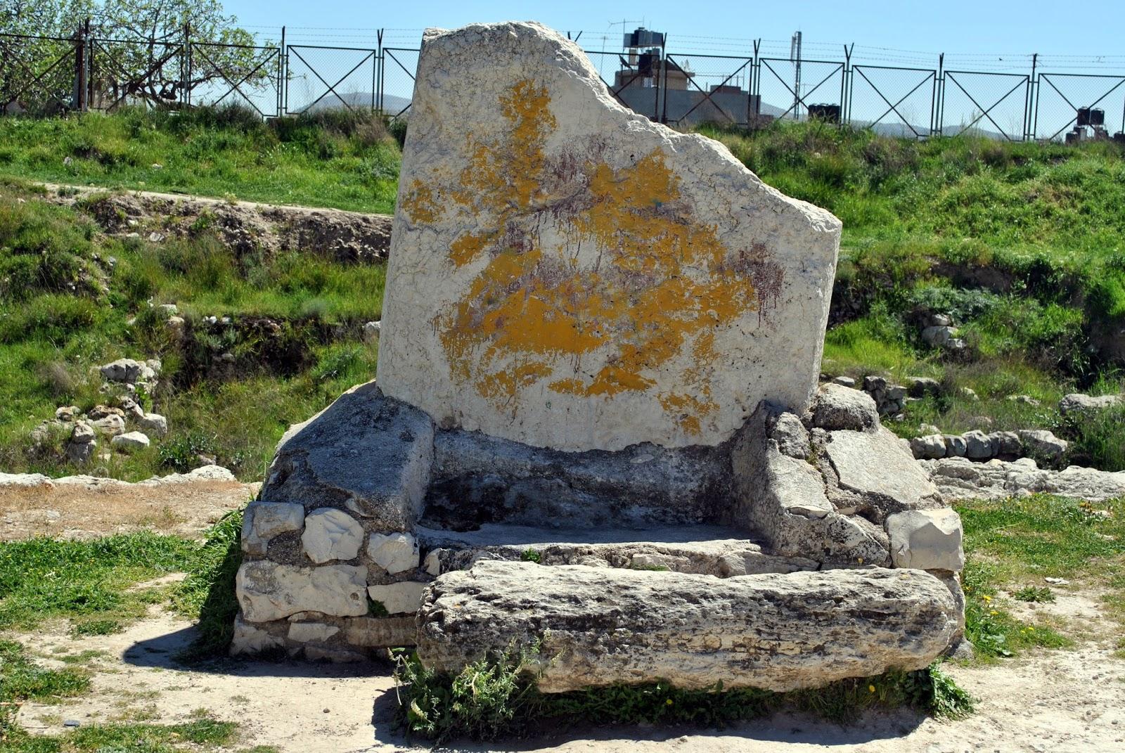 上图:示剑的巨石,被认为可能就是约书亚在示剑与百姓立约所立的大石头(书二十四26-27)。