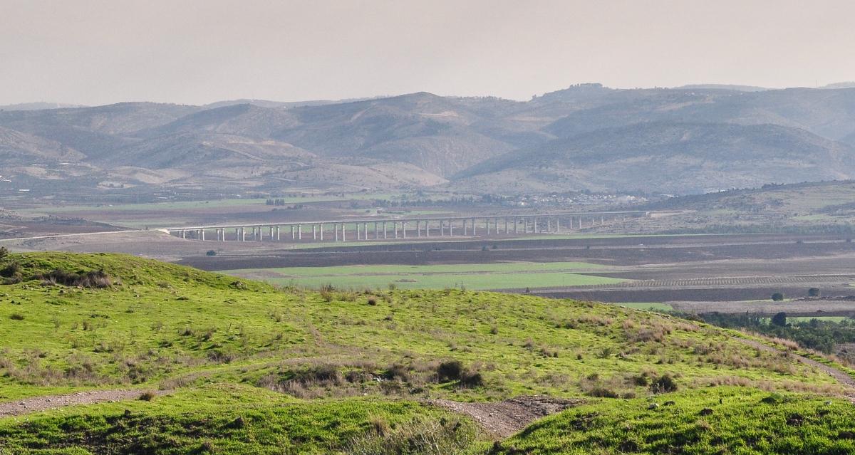 上图:连接耶路撒冷和特拉维夫的高速铁路桥穿过亚雅伦谷。