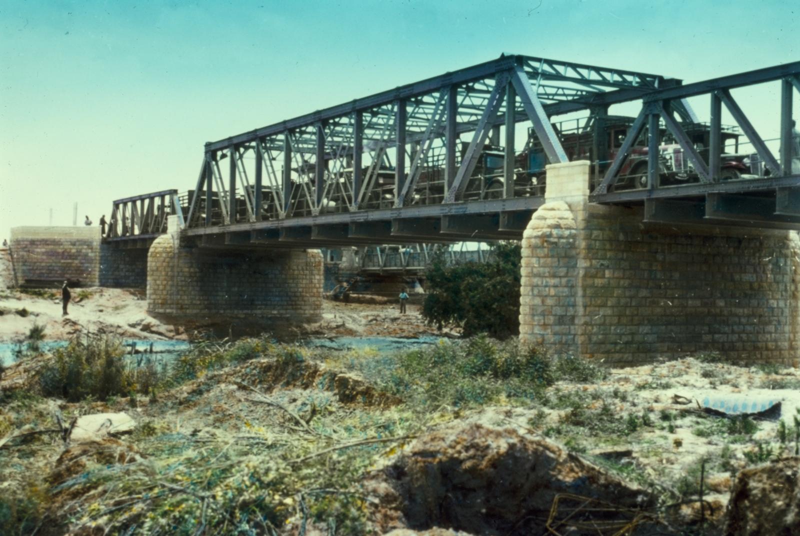 上图:重建于1930年代的艾伦比桥(Allenby Bridge),可以看出非洪水季节约旦河的水面宽度、高度。艾伦比桥又名侯赛因国王桥(King Hussein Bridge),横跨耶利哥附近的约旦河,通往约旦。艾伦比桥由英国将军Edmund Allenby始建于1918年,后经反复破坏、重建,目前是西岸(West Bank)巴勒斯坦人唯一的出境关口。