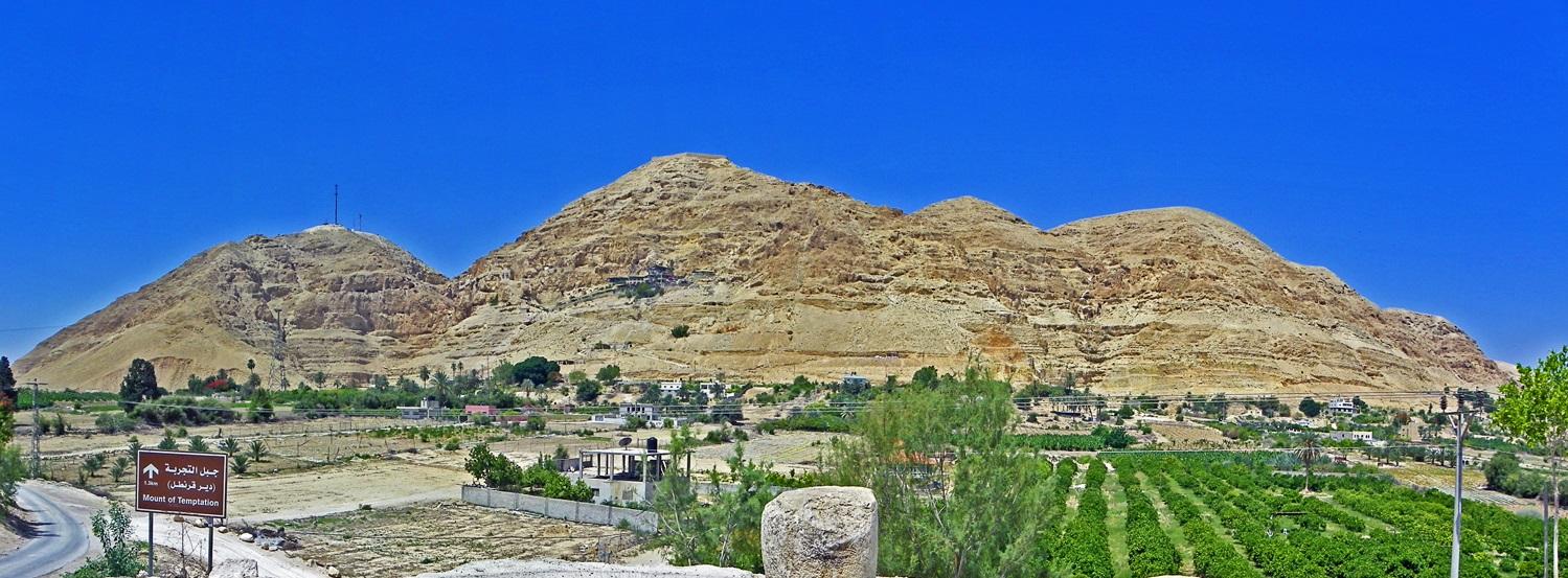 上图:耶利哥古城西面是山区,山上有许多洞穴,适于藏匿。中间那座山被认为就是撒但试探主耶稣的高山(太四8),所以被称为试探山(Mount of Temptation)。