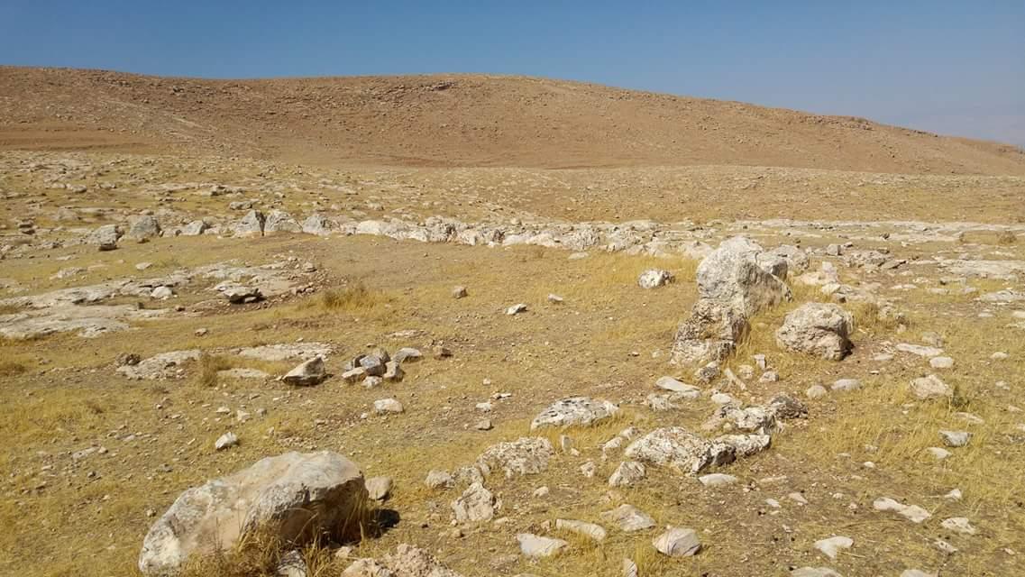 上图:约旦河谷一处可能是吉甲的遗址。考古学家在耶利哥平原发现了5处类似的地方,都有大型的石头围墙结构,以上是其中一处。十二块从约旦河里用肩扛上来的石头,在这种地方显得很不起眼。