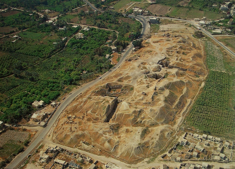 上图:苏丹废墟(Tell es-Sultan)就是耶利哥古城,位于死海以北9公里、约旦河西7公里,是约旦河谷Qelt旱溪(Wadi Qelt)旁的一个绿洲。当地冬天温暖,夏天有棕树遮荫,有以利沙泉水(王下二19-22,现代名Ein as-Sultan)可供灌溉,附近的约旦河又可以长期涉水渡河,所以成为数条古代商道的交汇点,扼守从约旦河谷到中央山地的战略要道。古城的遗址位于在海平面以下250米,是全世界最低的城市,占地十英亩,城内大约可以容纳两千人。