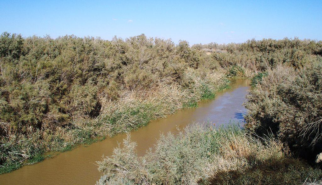 上图:今日耶利哥附近的约旦河,平时大约只有3米左右,而2013年1月份洪水季节深达7米左右。