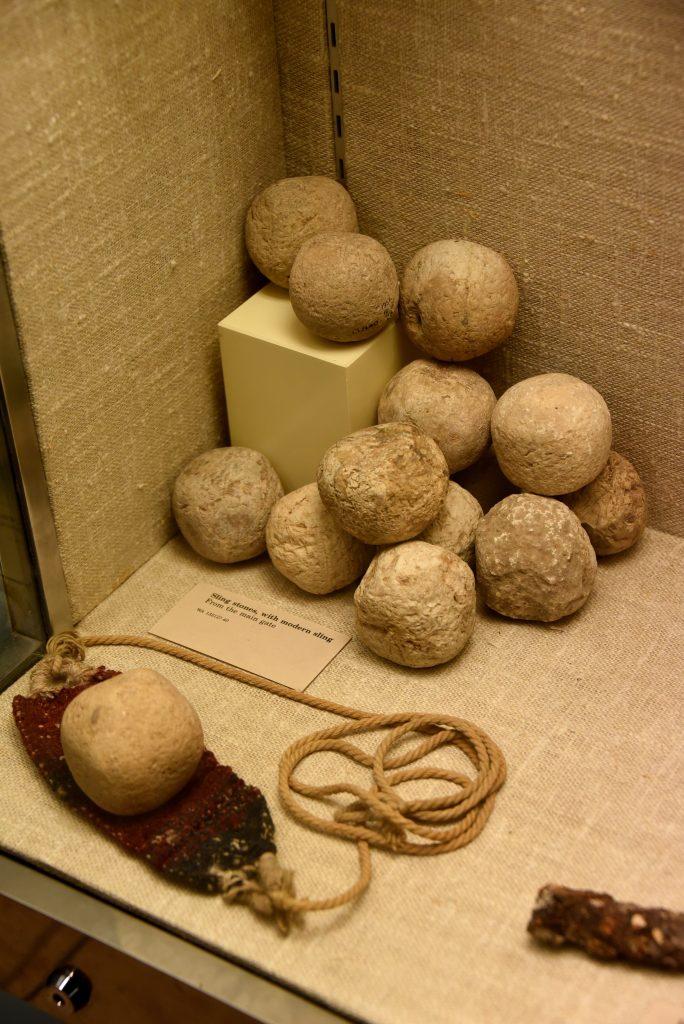 上图:从犹大拉吉城门口出土的亚述军攻城使用的机弦甩石(绳子是现代复制品)。现存于大英博物馆。
