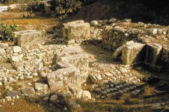 上图:示剑城遗址的东门。亚比米勒就站在这门口攻城。