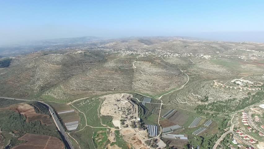 上图:俯瞰以法莲的山地。